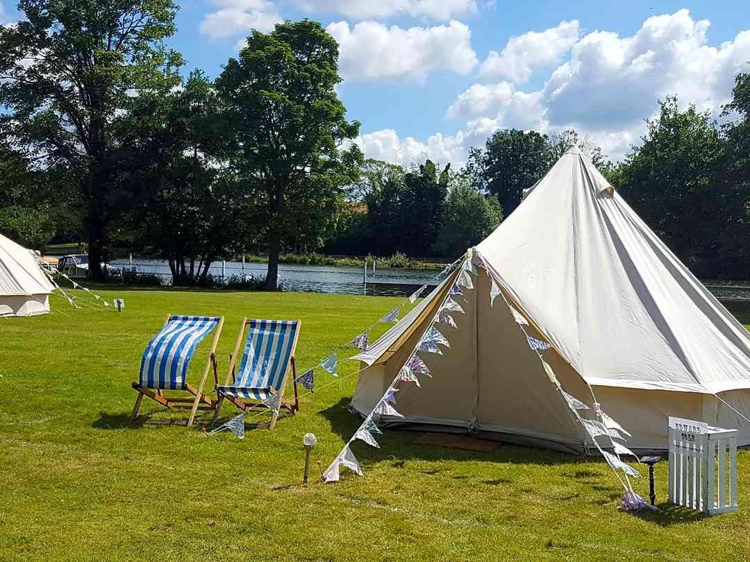 Longridge Marlow Glamping: Deck chairs