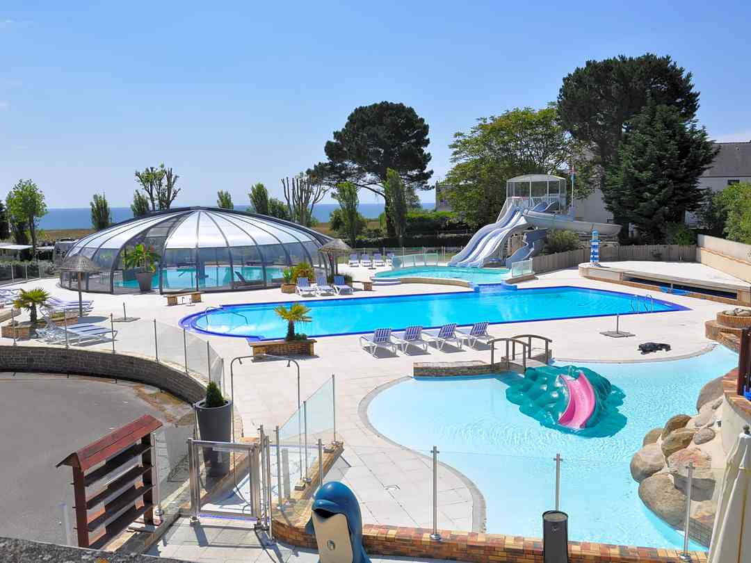 Heated indoor and outdoor swimming pools, paddling pools and waterslides