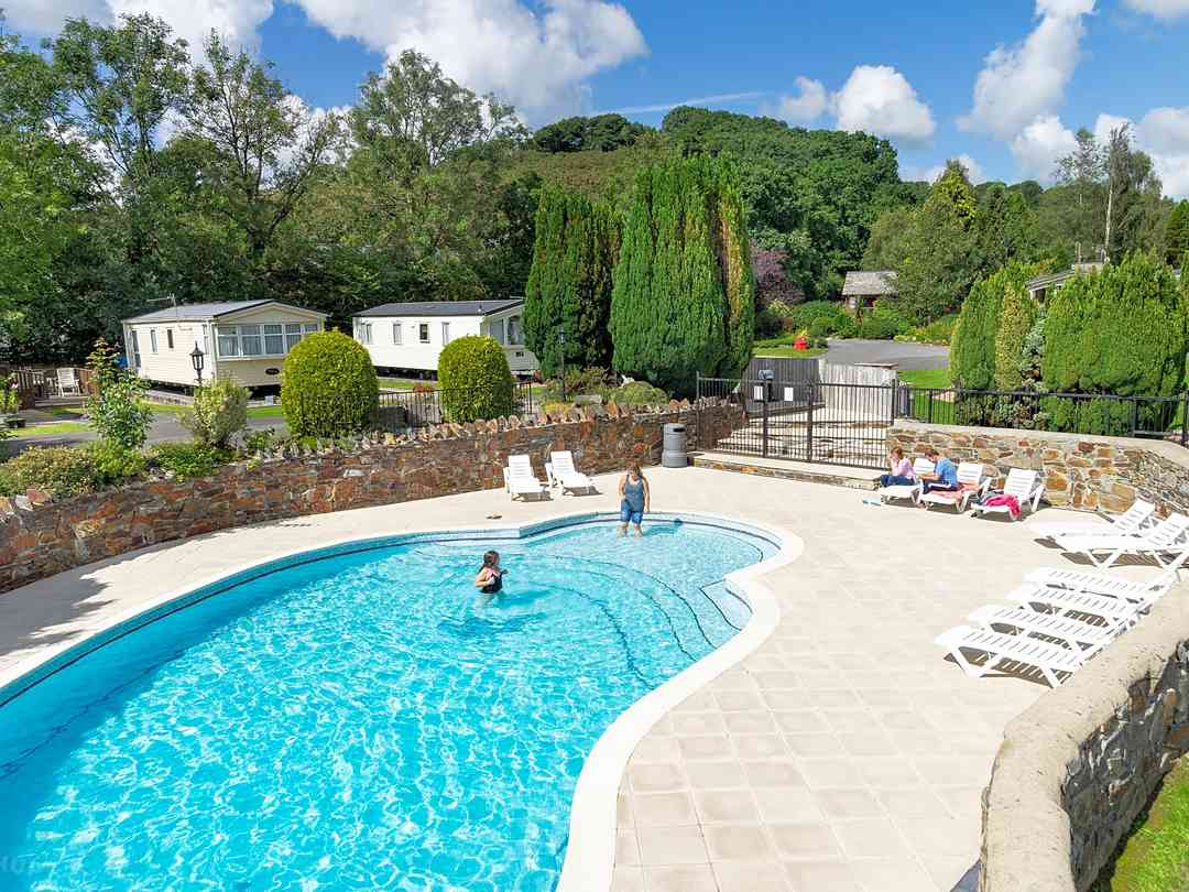 Cenarth Falls Holiday Park: Outdoor pool in high season