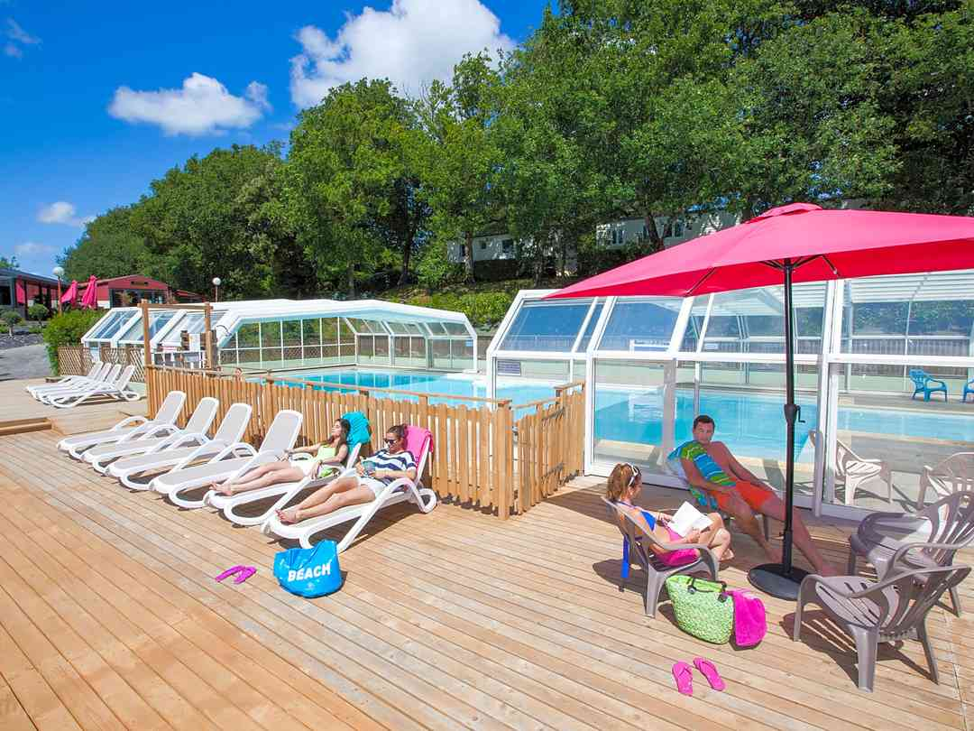 Camping Le Paradis: Sundeck by the pool