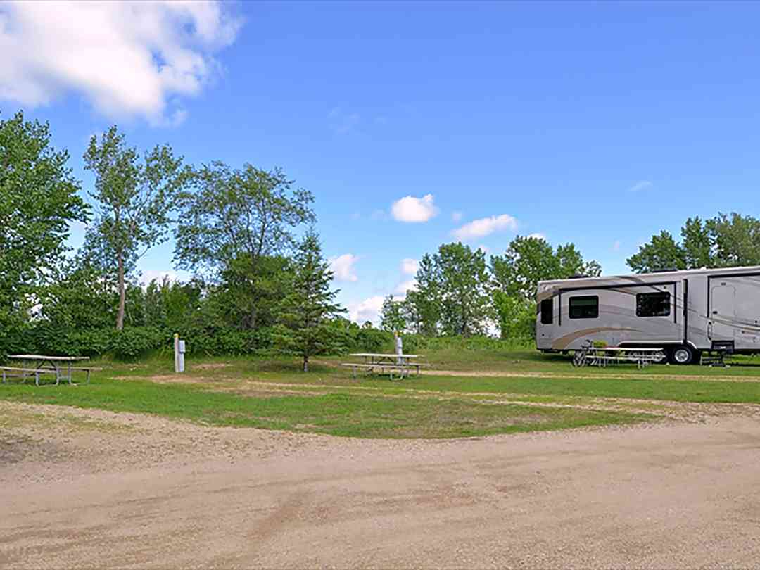 Cruise Inn RV Park: Sunny day at the site