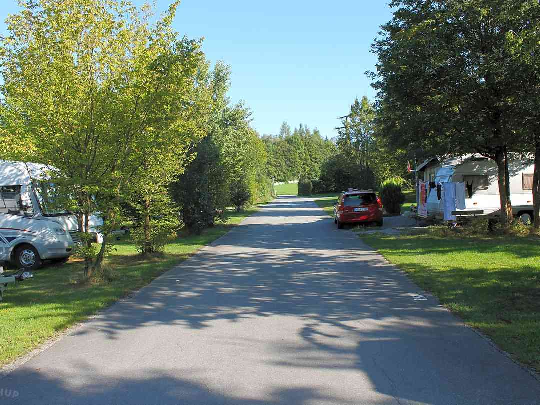 Bavaria Kur-Sport Campingpark: Spacious pitches under the shade of trees