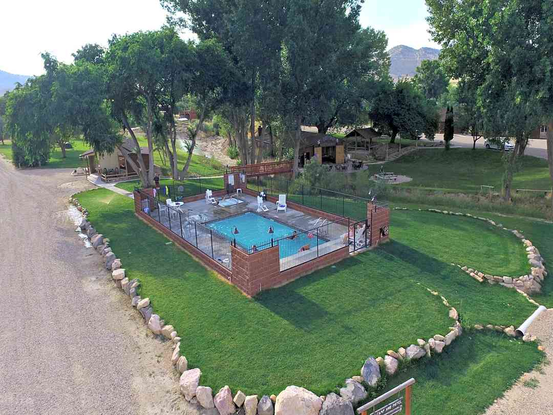 Bryce Pioneer Village: Outdoor pool and hot tub