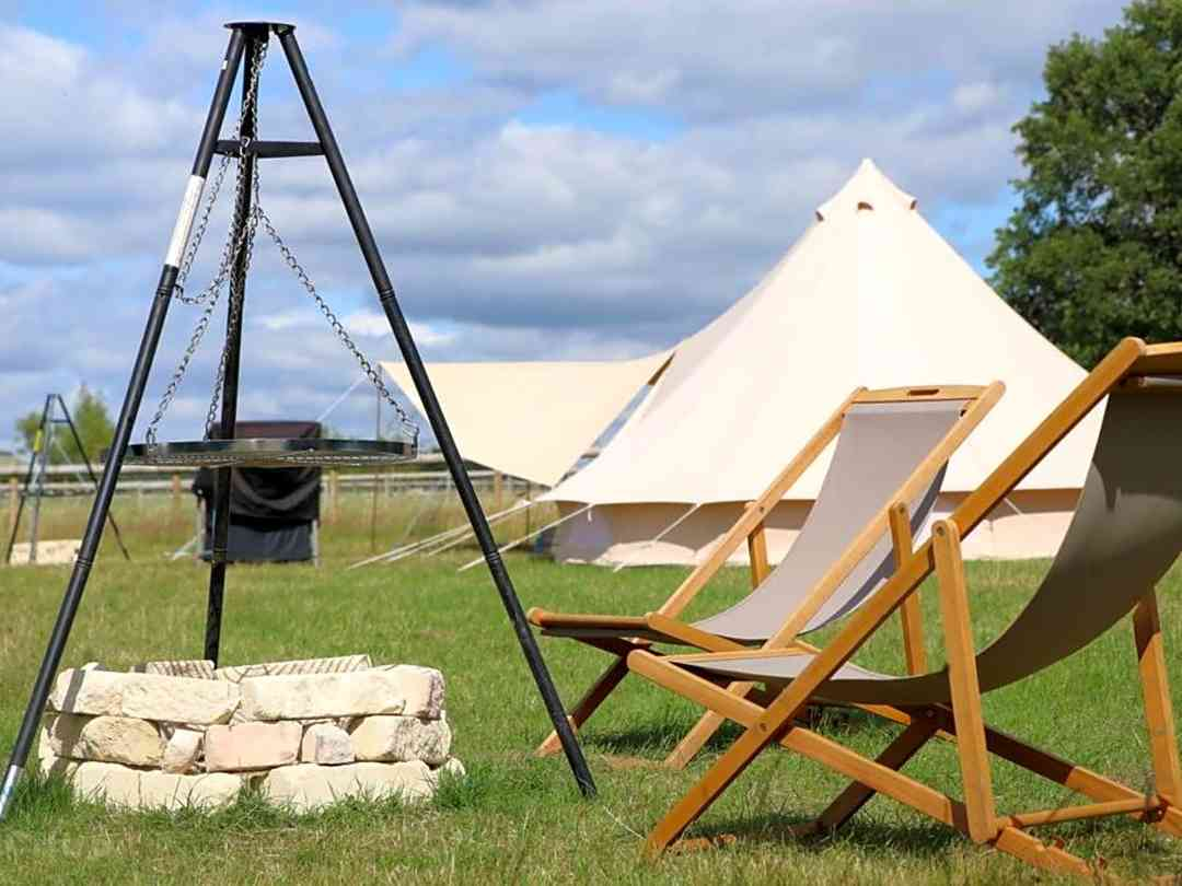Lacock Alpaca Glamping: Separate firepit for each tent