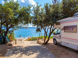 Large camping pitches only few steps away from the beach