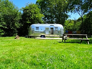 The Airstream Caravanner with decking, a picnic bench and oodles of green space