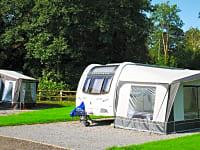 Parcel·la de terra dur amb electricitat per a caravanes