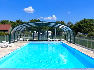 Swimming pool with retractable cover