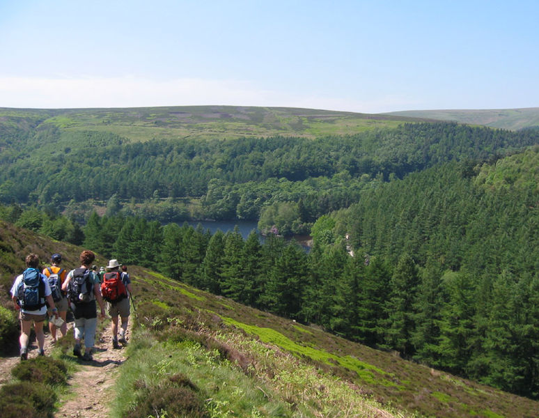 Walking above Derwent Reservoir. (Pic by T. Chalcraft via Wikimedia Commons.)
